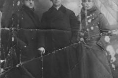 2.-Zakładnicy-wzięci-w-Sieradzu-przez-Niemców-12-XI-1918-r.-W-środku-stoi-ks.-Aleksander-Brzeziński