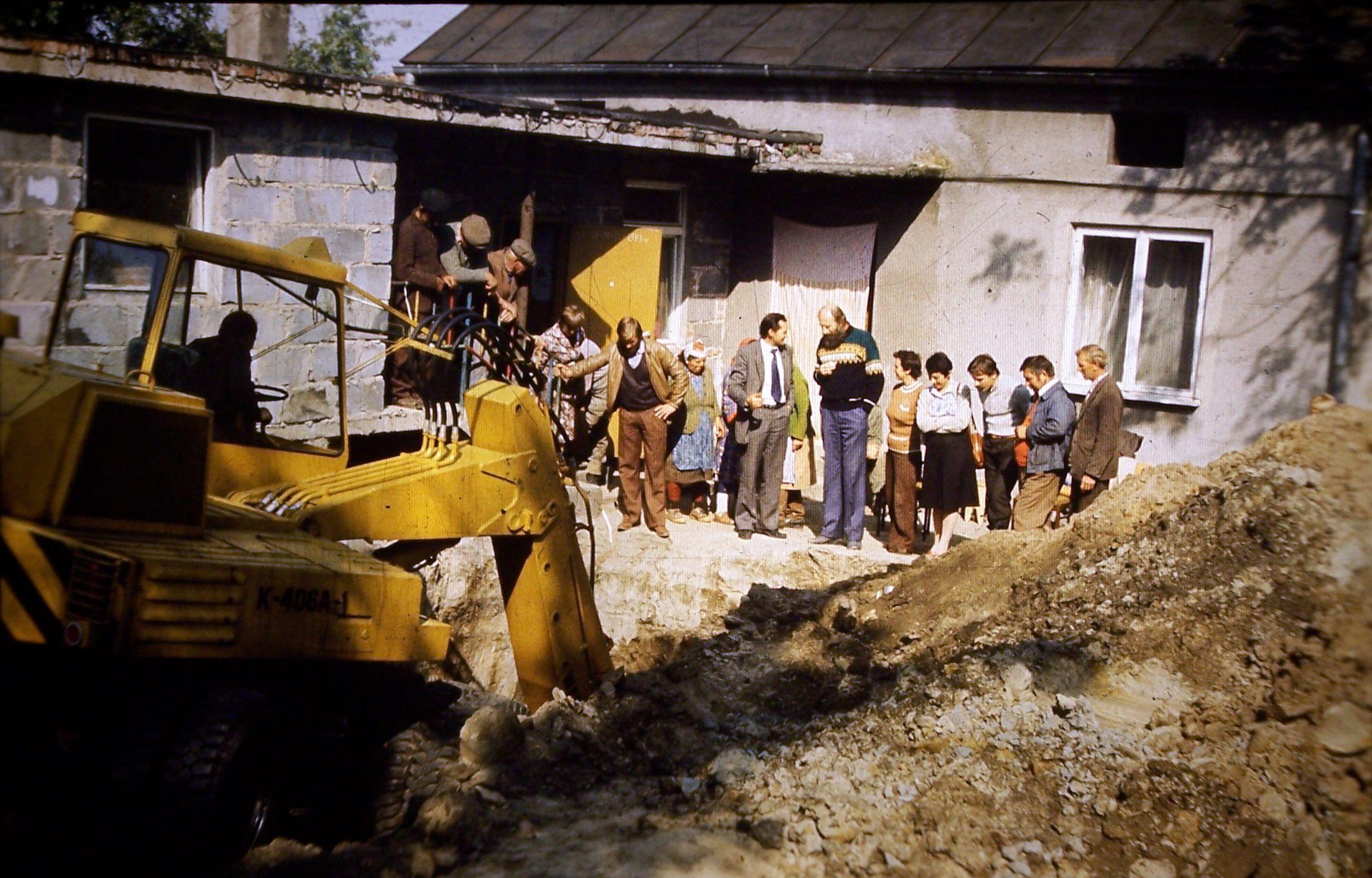 1.-Kłocko-1983-poszukiwania-kości-słonia-leśnego-trzeci-od-prawej-autor